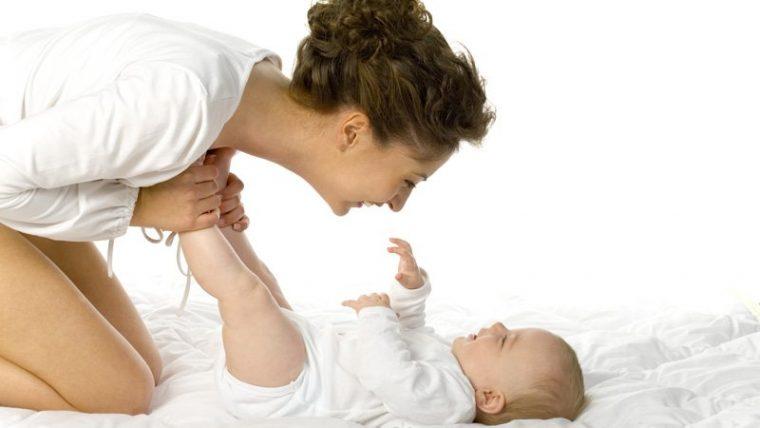Une maman qui s'occupe de son nouveau bébé
